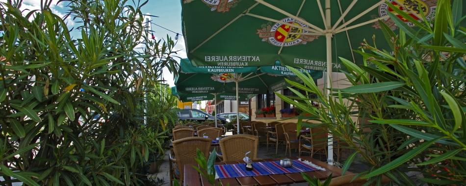 im Sommer gerne auch auf unserer Terrasse - gemeinsam mit Freunden und Kollegen zum Mittagstisch in die Taverna in Mindelheimn