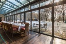 Gemütlich sitzen und genießen. In Berger's Restaurant im Park in Memmingerberg - Mit wechselndem Mittagstisch, Kaffee, Kuchen - Mittagessen in Wintergarten, Restaurant oder Terrasse im Biergarten