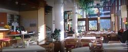 Gemütlich sitzen und genießen. Auf der Terrasse im Café Restaurant Kurhaus am Park in Isny im Allgäu - Mit wechselndem Mittagstisch - Mittagessen im Restaurant oder auf der Terrasse in Isny