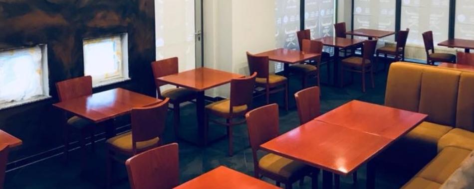 Gemütlich sitzen und genießen. Im SQ Burger Restaurant Kurhaus in Laupheim - Mit Mittagssangeboten auch für Schüler - Mittagessen im Restaurant im Sommer bei einem der SQ Burger Foodtruck Standorte