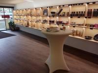 """Freuen Sie sich auf ein Einkaufserlebnis in einem modernen Laden im Alpin Style. Sie finden bei uns alles rund um den Käsegenuss. Von A wie """"Attraktive Geschenkideen"""" über Fondue- & Raclette-Zubehör bis W wie """"Wein""""."""