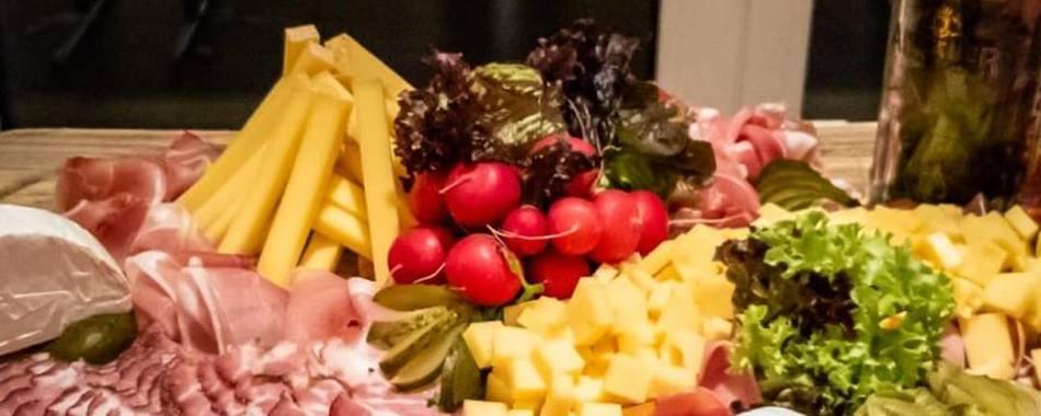 im SpoZe in Haldenwang können Sie auch feiern.  Gerne stellen wir Ihr Wunsch Buffet zusammen. Also - nicht nur zum Mittagstisch mit wechselnden Tagesangeboten - auch zu Ihrer Familien mit Freunden, Familie und Kollegen
