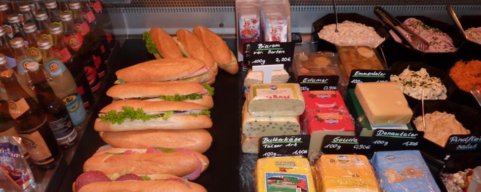 Täglich wechselnde, warme Tagesessen, frisch belegte Sandwich, in verschiedenen Varianten, natürlich alles hausgemacht, wie z.B.:  täglich frisch gemachter Kartoffelsalat mit und ohne Gurke, Schnitzel, Hähnchenkeulen, Fleischkücherl, heißer Leberkäs u.s.w