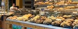 Gemütlich sitzen und die Mittagspause verbringen. Die Brotzeit im Feneberg Markt in Leutkirch - Mittagstisch - Tagesgerichte - heiße Theke - oder lieber ein süsses Stückchen aus der Bäckerei?