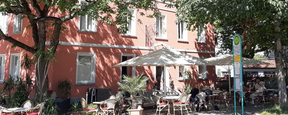 Mittags in Wangen im Allgäu. Restaurant am Kreuzplatz, direkt an den Toren zur Altstadt, mit großem Biergarten vor dem Haus, bieten wir Ihnen eine ausgefallene Salatauswahl, saftige Steaks vom Grill und leckere Toastspezialitäten.
