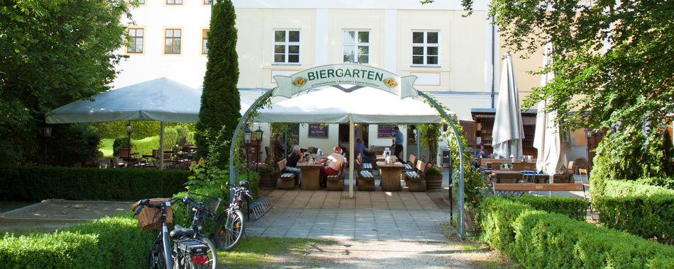 Mittags oder abends in Türkheim Essen gehen. Das Café Schlossgarten, direkt an den Toren zur Altstadt, mit großem Biergarten vor dem Haus. gemütlich sitzen und essen und genießen - nicht nur Mittagessen