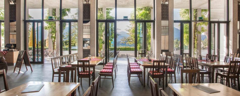 Mittags, abends in Füssen zum Essen gehen. Das Restaurant am im Festspielhaus, mit großem Biergarten vor dem Haus.