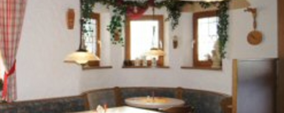 Schnitzelhütte Fischen Innenaufnahme Tisch 2